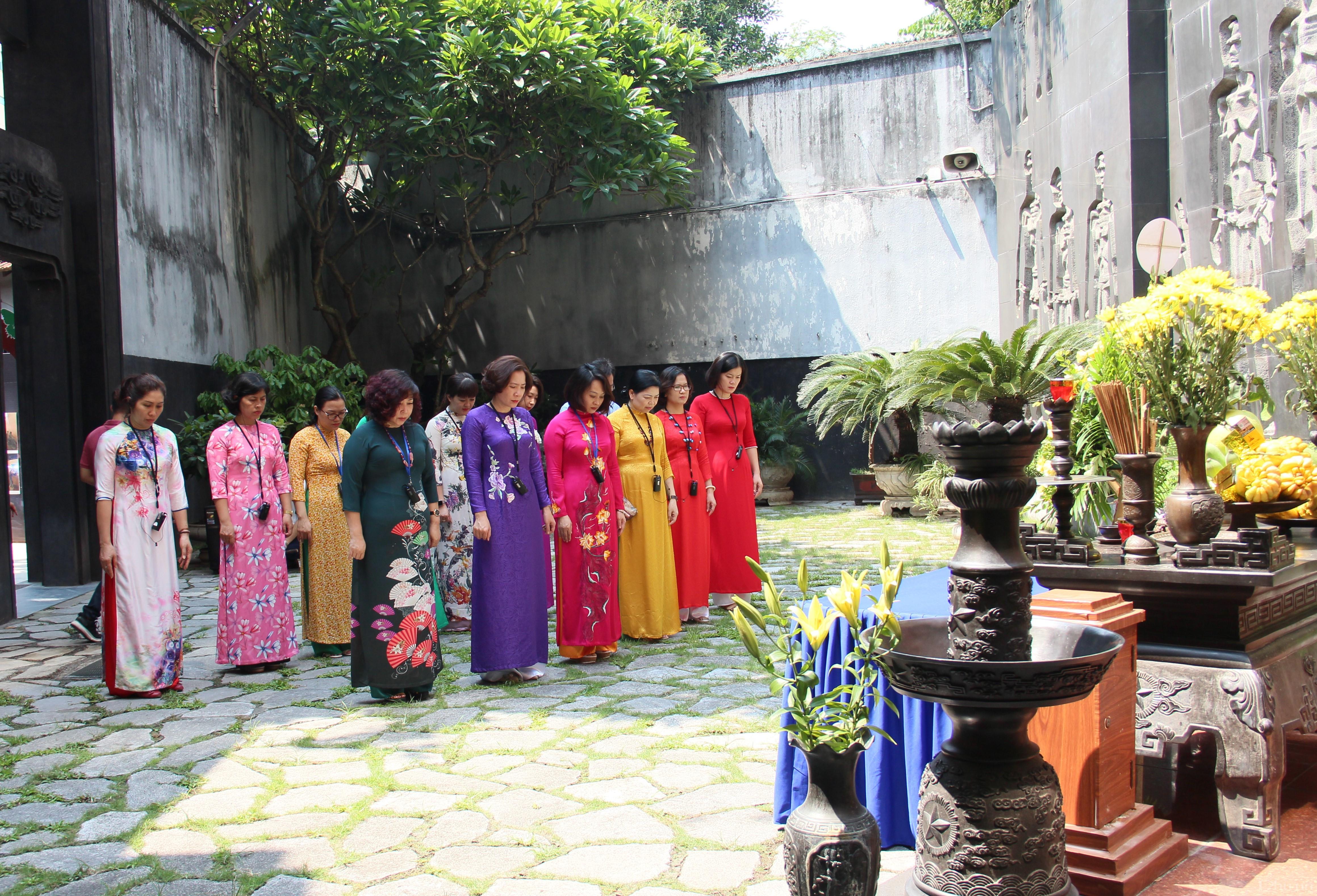 Cán bộ Hội LHPN Hà Nội dành phút tưởng niệm, tri ân các anh hùng, liệt sỹ đã hy sinh xương máu vì hòa bình, độc lập dân tộc.