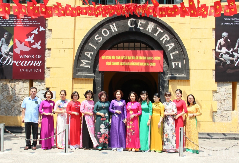Đoàn cán bộ Hội LHPN Hà Nội chụp ảnh lưu niệm tại di tích nhà tù Hỏa Lò.