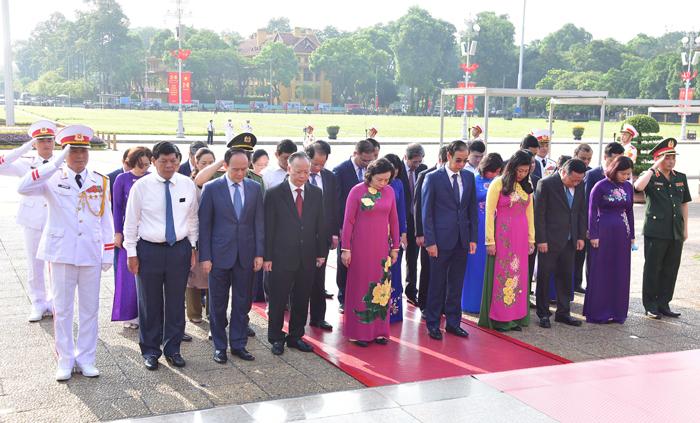 Các đồng chí lãnh đạo thành phố Hà Nội viếng Chủ tịch Hồ Chí Minh