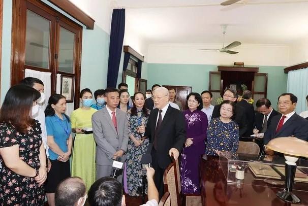Tổng Bí thư, Chủ tịch nước Nguyễn Phú Trọng nói chuyện với cán bộ, nhân viên Khu Di tích. Ảnh: TTXVN