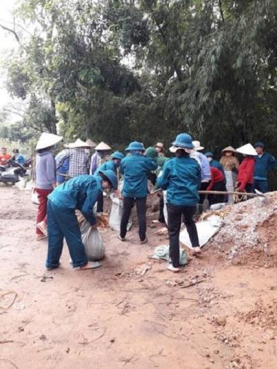 Cán bộ hội viên phụ nữ huyện Mỹ Đức, Hà Nội tham gia khắc phục đoạn đê bị sụt, lún thuộc địa bàn thôn Lai Tảo, xã Bột Xuyên.