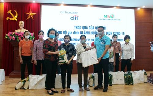 Đại diện Trung tâm Tài chính vi mô và Phát triển cùng Quỹ Citi Foundation Việt Nam đã trao tặng 10 suất quà, mỗi suất trị giá 600 nghìn đồng cho 10 hộ gia đình hội viên phụ nữ nghèo bị ảnh hưởng do đại dịch Covid-19 của xã Thượng Vực.