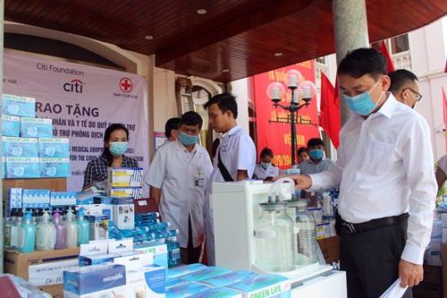 Tổng trị giá thiết bị y tế hỗ trợ cho 04 trạm y tế của huyện là hơn 160 triệu đồng.