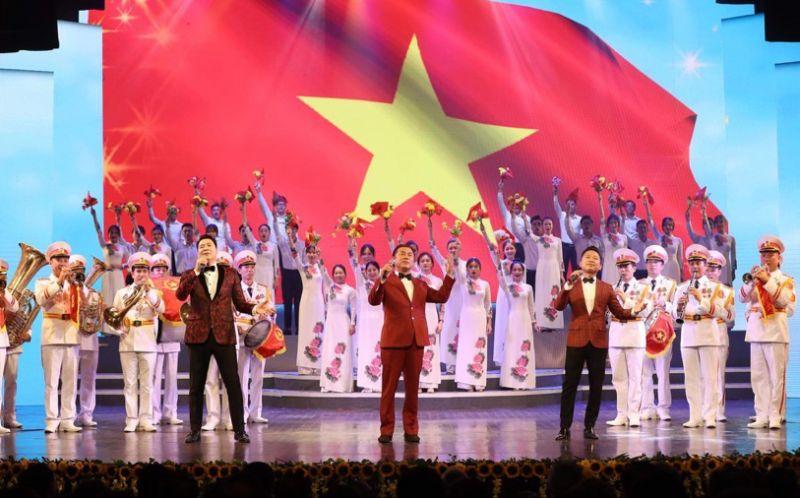 Chương trình mang đến nhiều tiết mục nghệ thuật với âm hưởng xúc động, tự hào về Tổ quốc. Ảnh: Minh Khánh.
