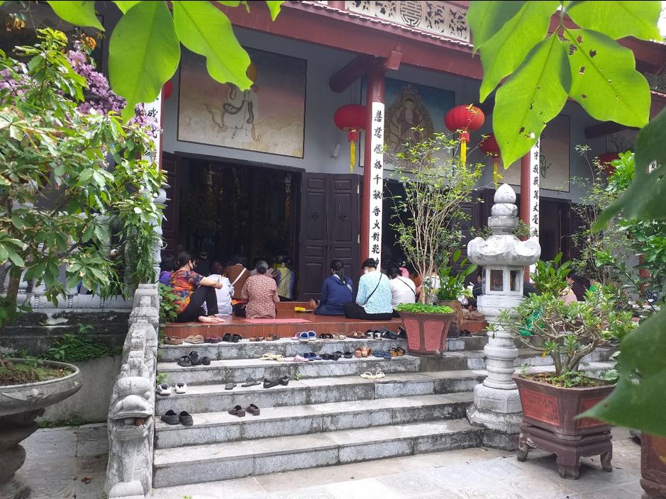 Tại một số buổi lễ, các Phật tử cũng không ngồi theo yêu cầu giãn cách an toàn