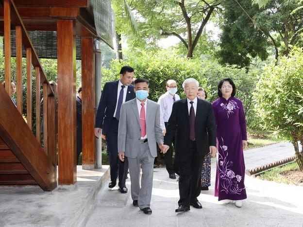 Tổng bí thư, CHủ tịch Nước Nguyễn Phú Trọng dâng hương tại nhà 67 Khu di tích Chủ tịch Hồ Chí MInh.