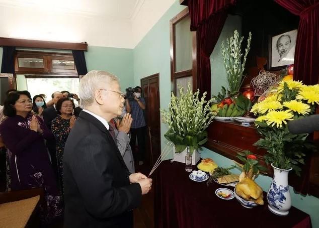 Tổng Bí thư, Chủ tịch nước Nguyễn Phú Trọng dâng hương tưởng niệm Chủ tịch Hồ Chí Minh. Ảnh: TTXVN