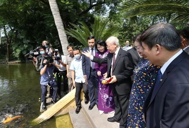Tổng Bí thư, Chủ tịch nước Nguyễn Phú Trọng cùng Phó Chủ tịch nước Đặng Thị Ngọc Thịnh thăm Khu Di tích Chủ tịch Hồ Chí Minh tại Phủ Chủ tịch. Ảnh: TTXVN