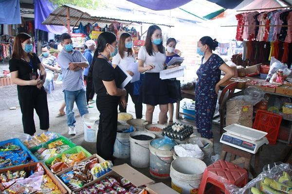 Đoàn giám sát liên ngành của thành phố giám sát việc thực hiện quy định về đảm bảo an toàn thực phẩm tại chợ trung tâm thị trấn Phúc Thọ