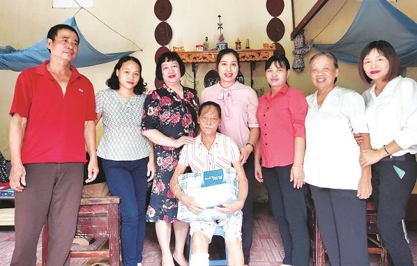 Báo Phụ nữ Thủ đô trao tặng quà và số tiền 10 triệu đồng từ Quỹ Vì Phụ nữ và trẻ em hoạn nạn cho bà Ngô Thị Bích