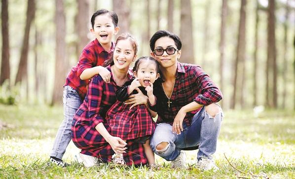 Vợ chồng Khánh Thi đưa hai con dạo chơi đồi thông, vườn hoa ở Đà Lạt. Ảnh: Thùy Dung