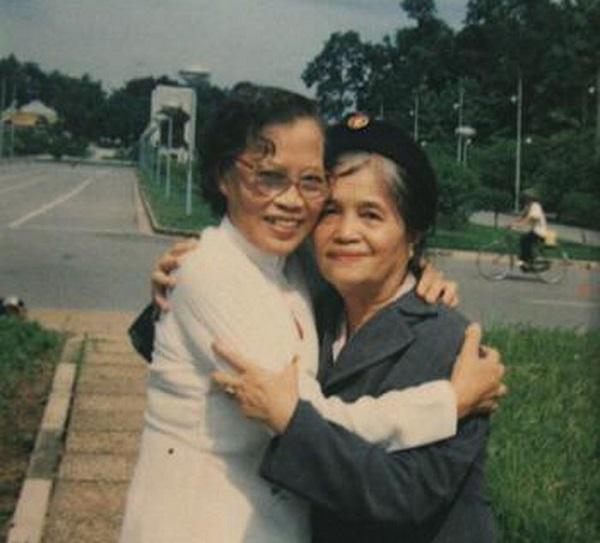 Bà Lê Thi (trái ) và bà Đàm Thị Loan: Hai người phụ nữ kéo cờ trong Lễ Tuyên ngôn  độc lập ngày 2/9/1945.