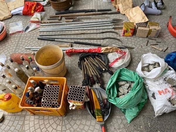 Hung khí thu giữ tại hiện trường gồm pháo hoa, chai bia đựng xăng, lựu đạn, dao, kiếm các loại.
