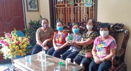 Chi hội Phụ nữ tổ dân phố số 2 đã trao tặng dung dịch rửa tay diệt khuẩn phòng chống Covid-19 cho Mẹ Việt Nam anh hùng Lương Thị Nữ