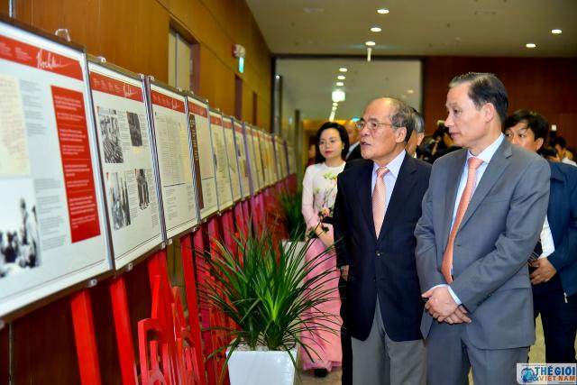Nguyên Chủ tịch Quốc hội Nguyễn Sinh Hùng và Thứ trưởng Ngoại giao, Chủ tịch Uỷ ban Quốc gia UNESCO Lê Hoài Trung tham quan Triển lãm trưng bày ảnh, tư liệu về Chủ tịch Hồ Chí Minh. (Ảnh: Tuấn Anh)