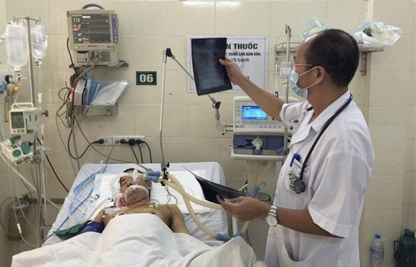 Bác sĩ bệnh viện Bạch Mai thăm khám cho bệnh nhân.