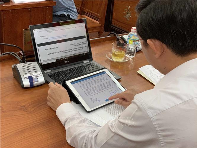 Chủ tịch và các Phó chủ tịch UBND tỉnh Bình Định sử dụng chữ ký số phê duyệt văn bản theo đề án Chính phủ điện tử. Ảnh minh họa: Phạm Kha/TTXVN
