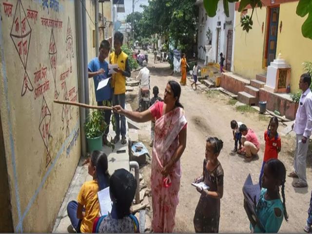 Các học sinh tụ tập thành nhóm nhỏ để học từ các bức tường. (Nguồn: AFP)