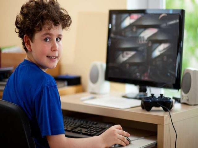 Trẻ em dành quá nhiều thời gian trước màn hình TV hoặc máy tính có thể sẽ bị giảm sút kết quả học tập.