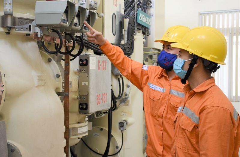 Cán bộ kỹ thuật kiểm tra an toàn trước ngày nghỉ lễ để đảm bảo cung cấp điện được ổn định