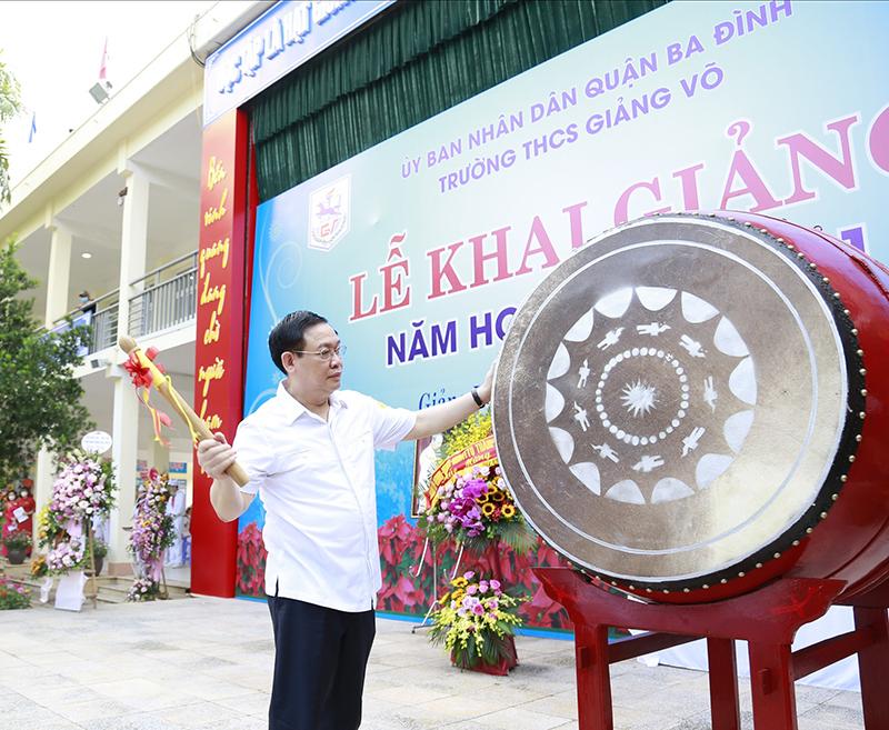 Bí thư Thành ủy Vương Đình Huệ đánh trống khai trường.