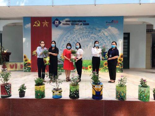 Đồng chí Nguyễn Lan Hương – Chủ tịch Hội LHPN quận Đống Đa (ngoài cùng bên trái) tặng các chậu hoa tái chế từ bếp than tổ ong cho trường tiểu học La Thành ảnh HPN
