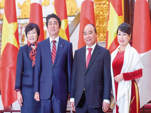 Thủ tướng Chính phủ Nguyễn Xuân Phúc và Phu nhân chụp ảnh cùng Thủ tướng Nhật Bản Shinzo Abe tại Lễ đón Thủ tướng Shinzo Abe thăm chính thức Việt Nam, tháng 1/2017