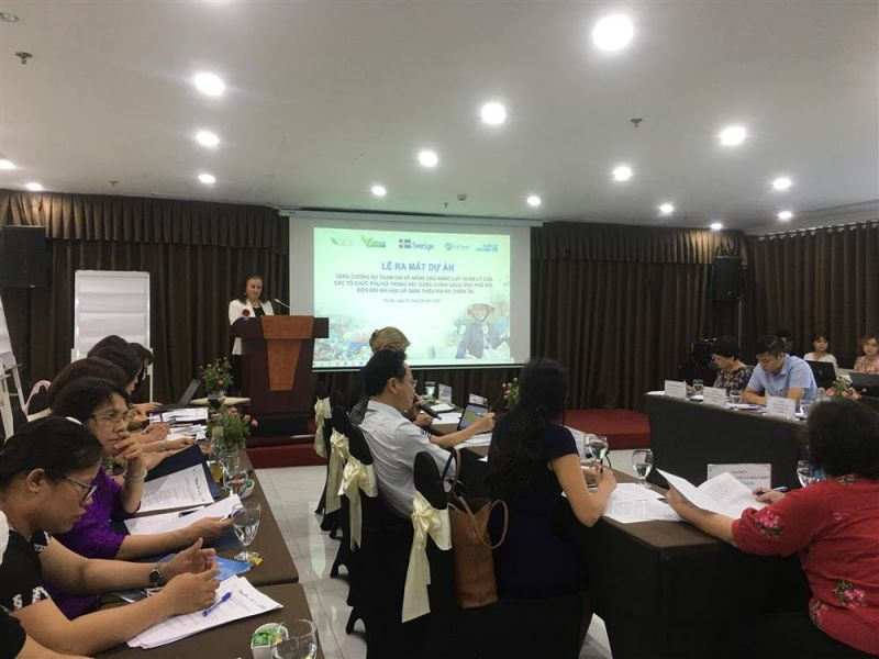 Các đại biểu thông tin tại dự án: Việt Nam là một trong 5 quốc gia bị ảnh hưởng nặng nề bởi biến đổi khí hậu và các loại hình thiên tai;  Phụ nữ và trẻ em là những người dễ bị tổn thương gấp 14 lần so với nam giới trong các thảm họa thiên tai
