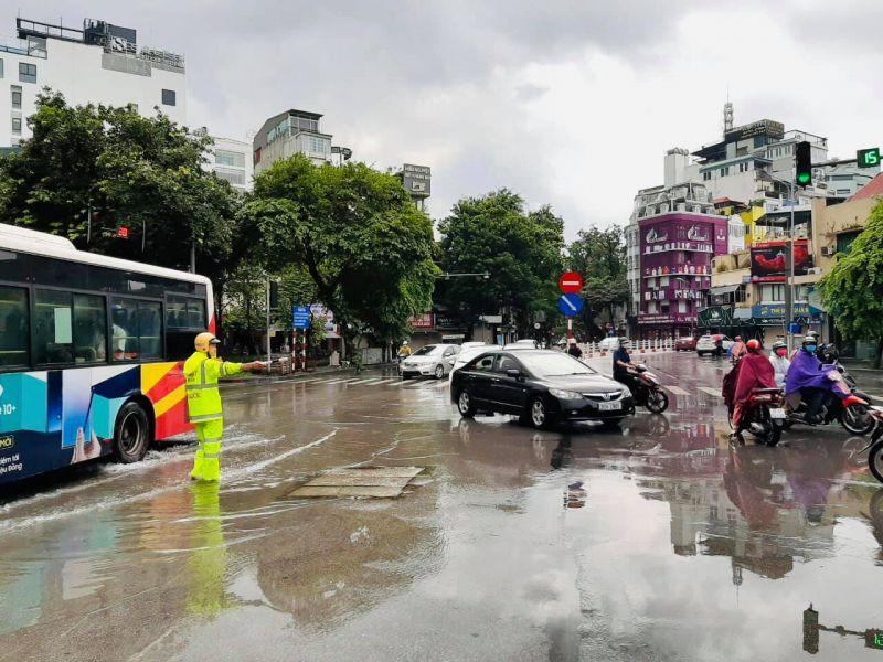 Cảnh sát giao thông đang làm nhiệm vụ tại ngã tư Cửa Nam