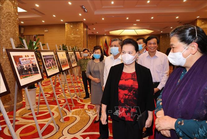 Chủ tịch Quốc hội Nguyễn Thị Kim Ngân kiểm tra gian trưng bày ảnh các hoạt động của AIPA.