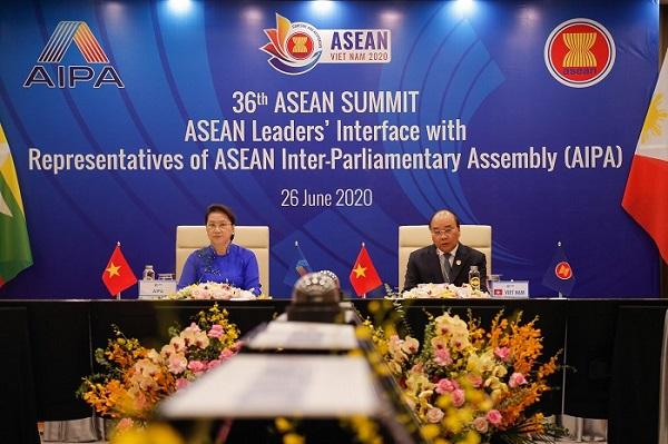 Thủ tướng Chính phủ Nguyễn Xuân Phúc, Chủ tịch ASEAN 2020 và Chủ tịch Quốc hội Nguyễn Thị Kim Ngân, Chủ tịch AIPA tại Phiên đối thoại giữa các Nhà lãnh đạo ASEAN và đại diện AIPA trong khuôn khổ Hội nghị Cấp cao ASEAN lần thứ 36, ngày 26/6/2020.