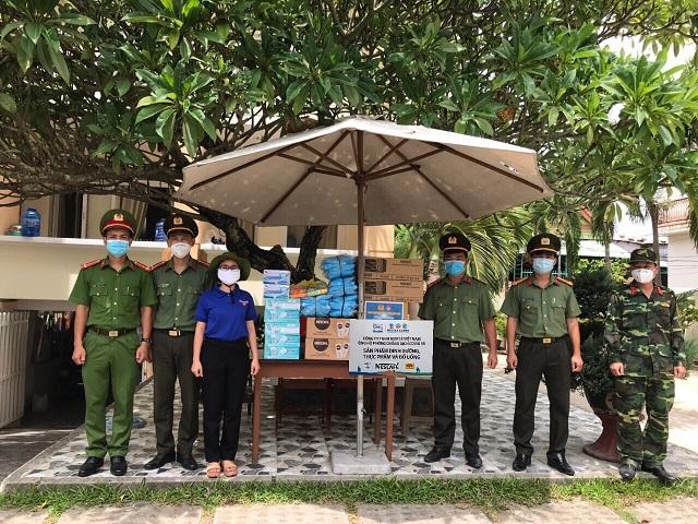 Bàn giao sản phẩm hỗ trợ tuyến đầu cho khu cách ly tập trung tại huyện Duy Xuyên, tỉnh Quảng Nam.