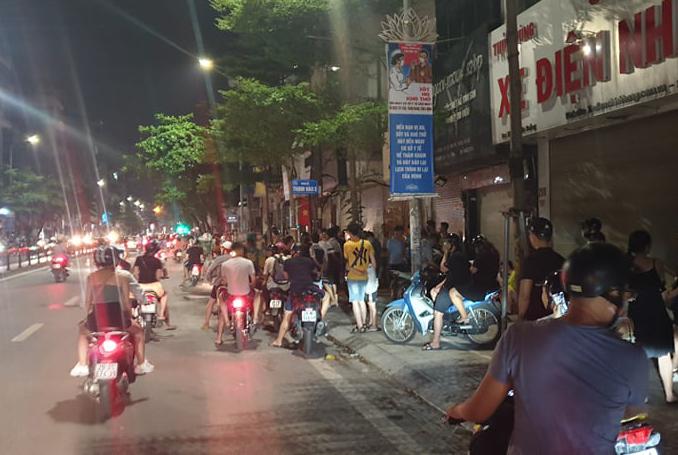 Người dân tụ tập tại phố Tôn Đức Thắng khi lực lượng công an vây ráp khu vực này để truy bắt đối tượng Kiên