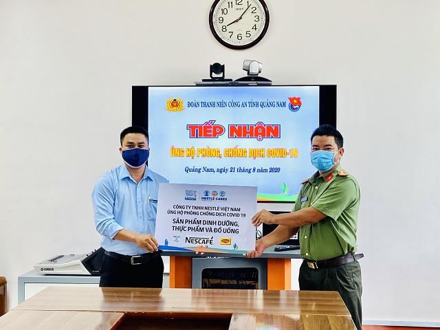 Đại diện Nestle' Việt Nam trao biển tượng trưng cho Đoàn Thanh niên Công an tỉnh Quảng Nam.