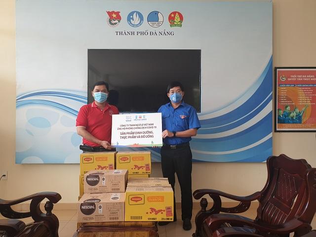 Đại diện Nestle' Việt Nam trao biển tượng trưng hỗ trợ tuyến đầu tại Đà Nẵng.