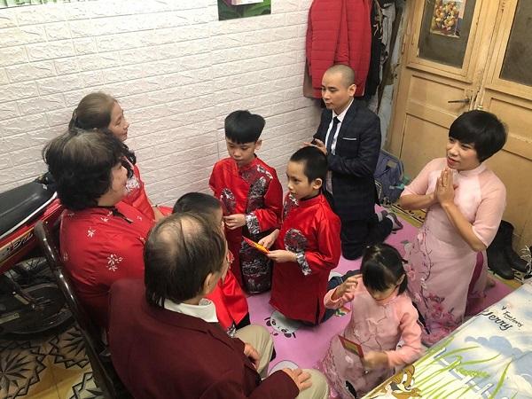 Vợ chồng anh Tú cùng các con kính cẩn quỳ mừng thọ bố mẹ nhân dịp năm mới