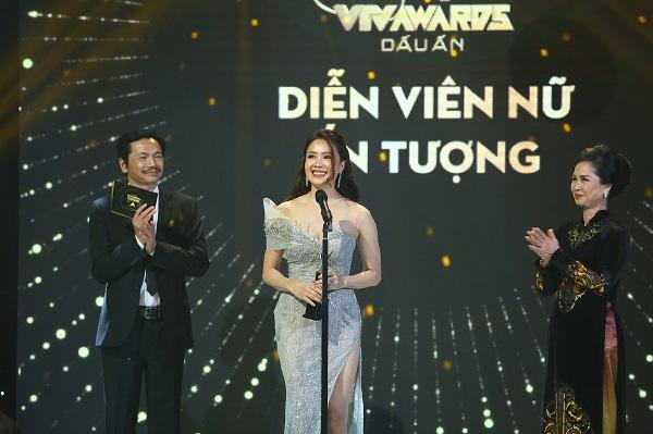 """Giải Diễn viên nữ ấn tượng được trao cho Hồng Diễm với vai Khuê trong phim  """"Hoa hồng trên ngực trái""""."""