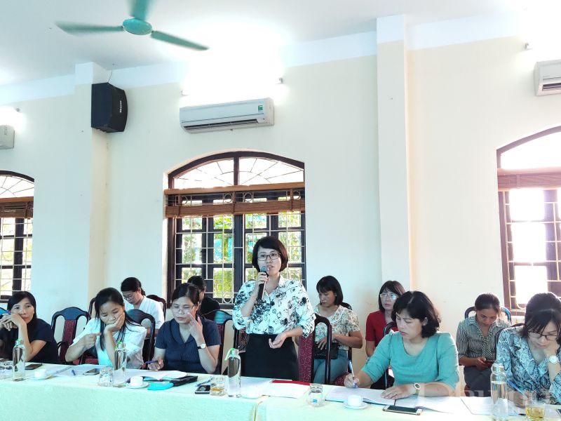 Đồng chí Nguyễn Lan Anh- Phó Chủ tịch Hội LHPN huyện Gia Lâm phát biểu tại hội nghị tọa đàm