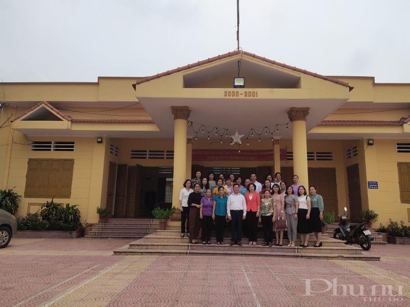 Các đại biểu  đến thăm quan nhà văn hóa , điểm sinh hoạt cộng đồng của người dân địa phương  tại xã Yên Viên