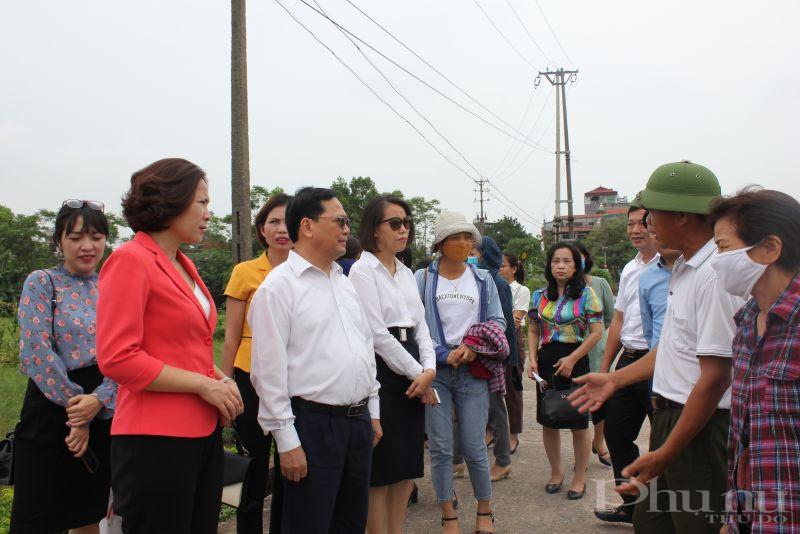 Sau buổi tọa đàm, các đại biểu thăm quan một số mô hình trồng măng tây, trồng rau an toàn tại xã Viên Viên, huyện Gia Lâm