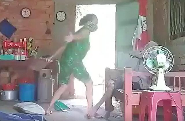 Hình ảnh bà Hoa bạo hành mẹ ruột trong clip