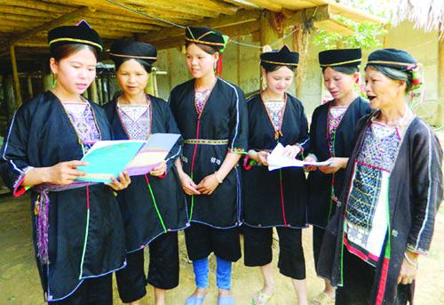 """Một buổi sinh hoạt câu lạc bộ """"Gia đình bình đẳng trong phụ nữ dân tộc thiểu số"""" xã Minh Dân (Tuyên Quang) Ảnh: Giang Lam"""