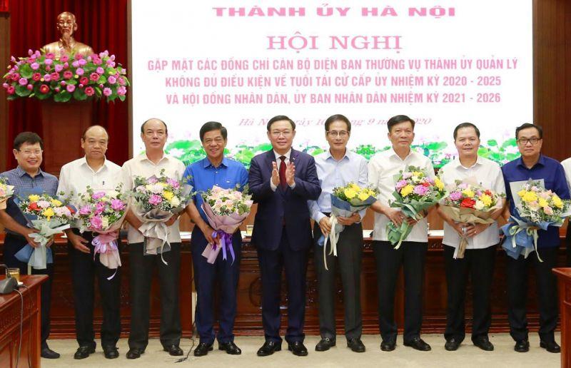 Bí thư Thành ủy Hà Nội Vương Đình Huệ tặng hoa chúc mừng các đại biểu.
