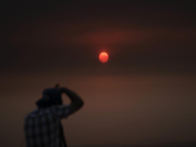 Khói từ những đám cháy dày đặc đến mức che cả mặt trời, thậm chí còn làm giảm cả nhiệt độ trong vùng