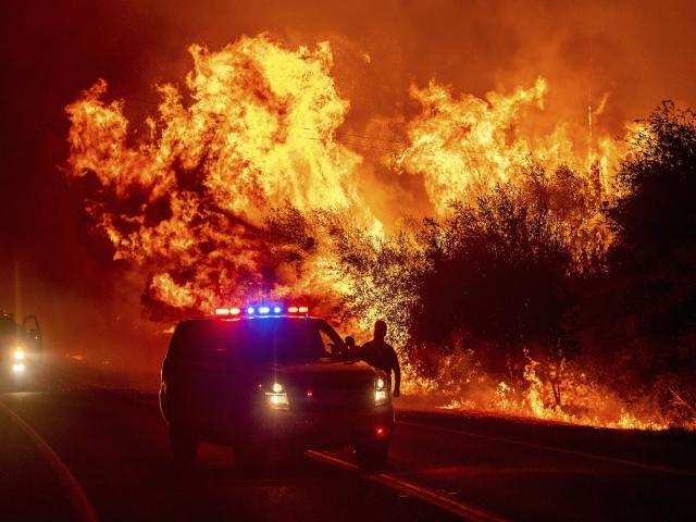 Ngọn lửa bùng cháy dữ dội phía trên các phương tiện giao thông