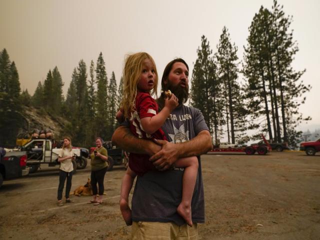 Jeremy Hedrick bế cậu con trai, Jeep của mình chạy trốn khi khói từ đám cháy dữ dội lan đến bến du thuyền, nơi những người cắm trại đang mắc kẹt