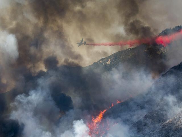 Máy bay tham gia chữa cháy rừng ở sườn đồi ở Yucaipa, California