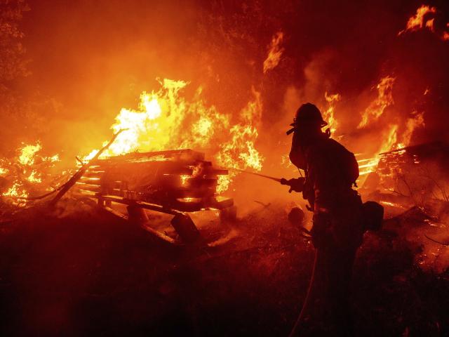 Những người lính cứu hỏa đã phải rất vất vả khi vừa phải chiến đấu với ngọn lửa bảo vệ rừng, vừa phải bảo vệ tài sản của người dân