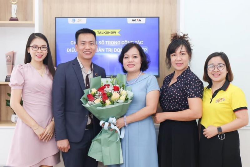 Ông Nguyễn Phi Nghị, Giám đốc văn phòng MISA tại Hà Nội trao tặng hoa cho bà Nguyễn Thị Hảo và cam kết đồng hành hỗ trợ phụ nữ thủ đô khởi nghiệp giai đoạn 2020 -2025