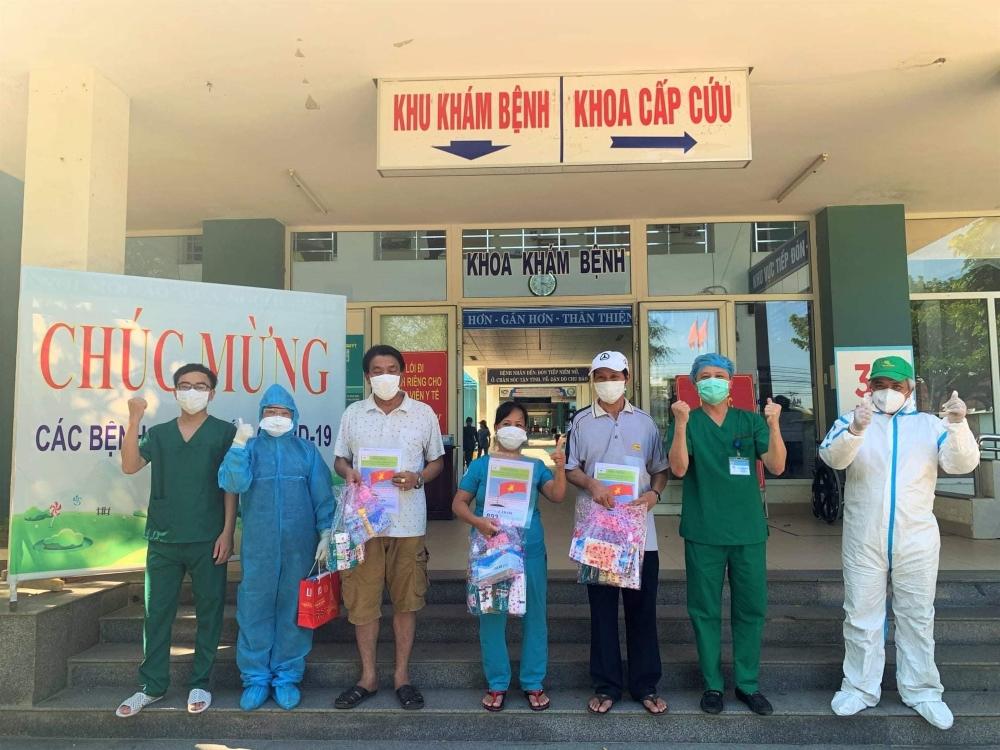 Các bệnh nhân được công bố khỏi bệnh tại Trung tâm y tế Hòa Vang.